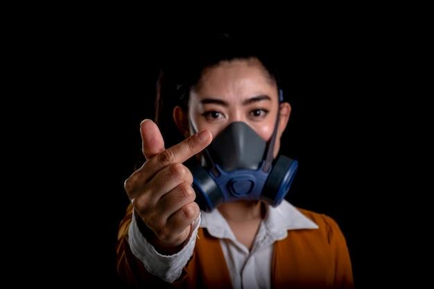 Zakenvrouw van een jonge aziatische vrouw die een gasmasker n95-masker opzet om te beschermen tegen in de lucht