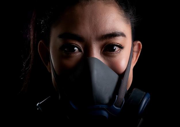 Zakenvrouw van jonge aziatische vrouw die een gasmasker n95-masker opzet