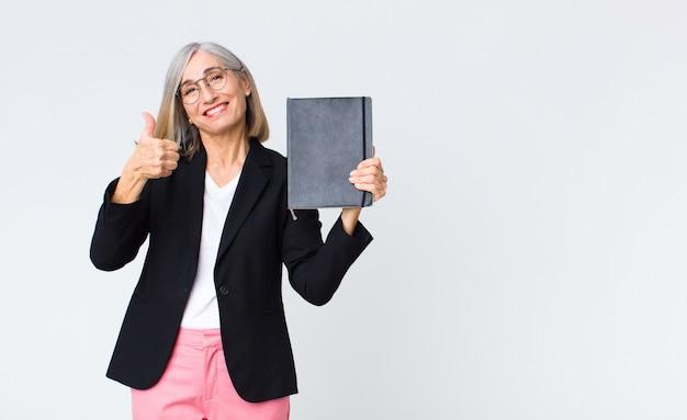 Zakenvrouw van middelbare leeftijd met een notebook