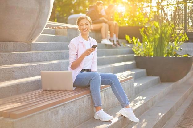 Zakenvrouw vergadering trap zomer park met behulp van laptop zakelijke persone werken op afstand. buitenshuis
