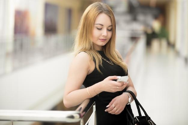 Zakenvrouw verzenden van een bericht met haar mobiele