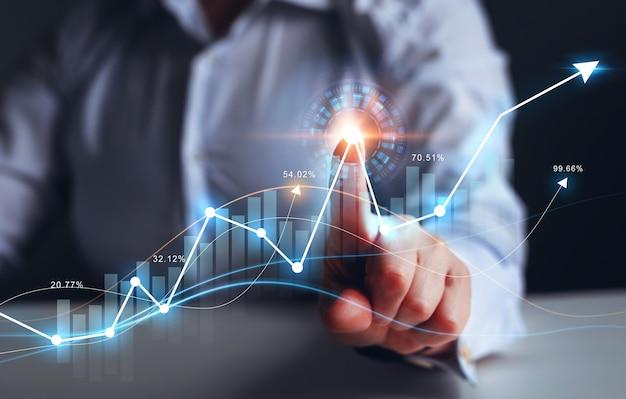 Zakenvrouw vinger wijzende pijl grafiek bedrijfsontwikkeling tot succes winst en groeiend groeiplan