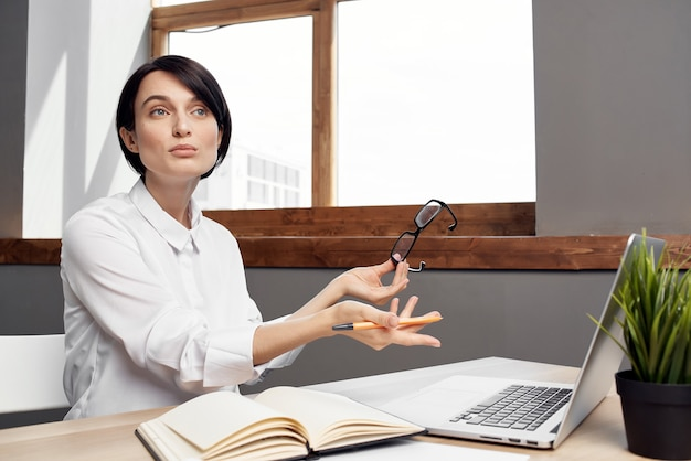Zakenvrouw voor laptop professionele werk technologie communicatie