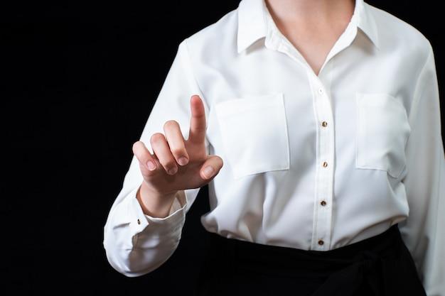 Zakenvrouw voor visuele touchscreen, geïsoleerd op zwarte achtergrond. bedrijfsconcept. online leren.