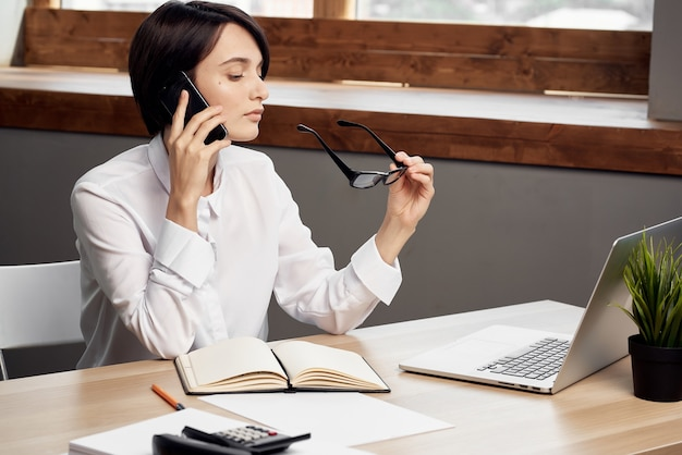 Zakenvrouw werken aan tafel voor laptop office carrière. hoge kwaliteit foto