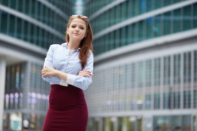 Zakenvrouw werken buiten kantoorgebouw