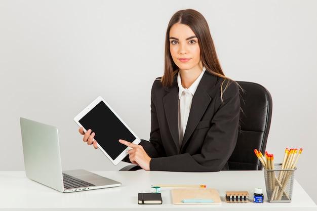Zakenvrouw werken met tablet