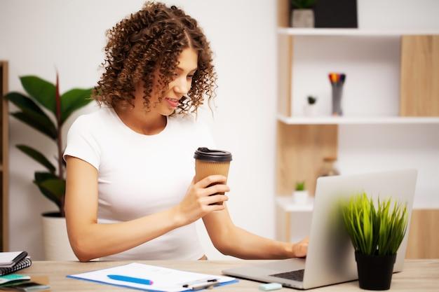 Zakenvrouw werken op laptop in haar werkstation.
