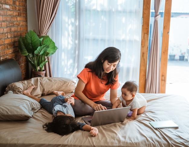 Zakenvrouw werken terwijl de zorg voor kinderen