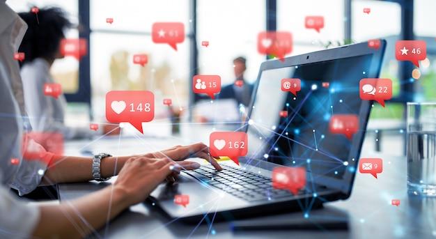 Zakenvrouw werkt met sociale netwerken en laptop