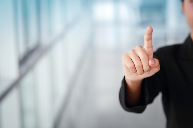 Zakenvrouw wijzende vinger