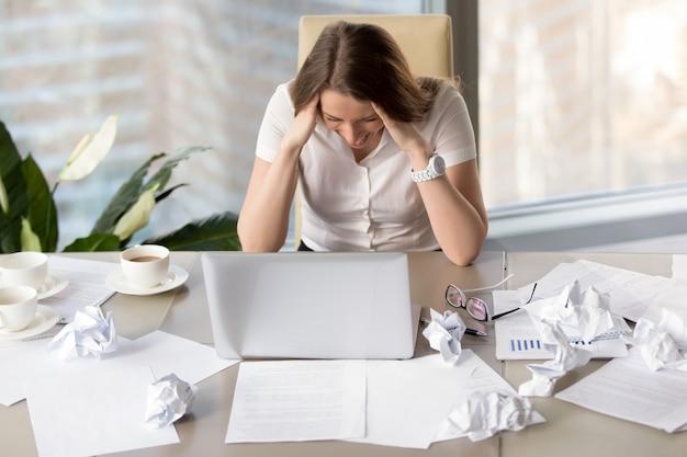 Zakenvrouw wordt boos vanwege ontbrekende deadline