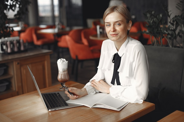 Zakenvrouw zitten aan de tafel met een laptop