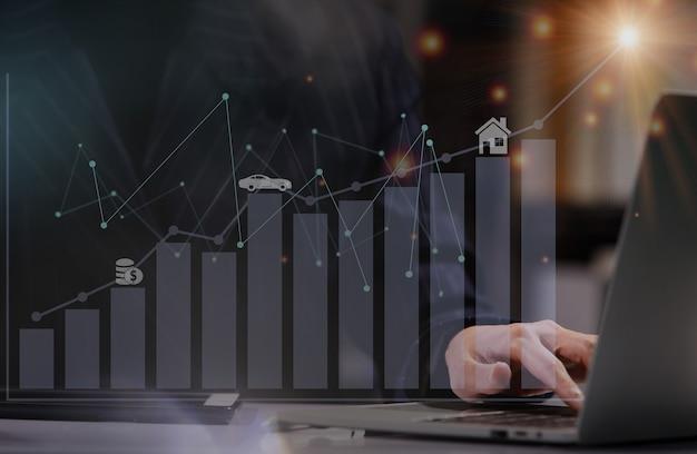 Zakenvrouw zoeken internetgegevens in computer notebook. huisvrouw review bankrekening, investering, rente, toekomstige levensbeloning en verzekeringstechnologieconcept