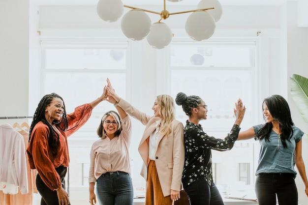 Zakenvrouwen geven een high five aan team