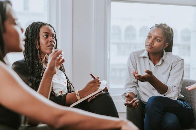 Zakenvrouwen hebben een vergadering op kantoor