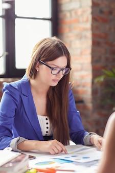 Zakenvrouwen in een vergadering