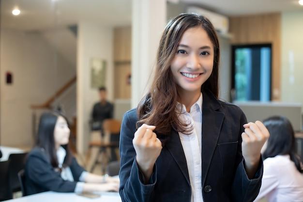 Zakenvrouwen succes en verhoogde handen vieren de doorbraak en prestaties