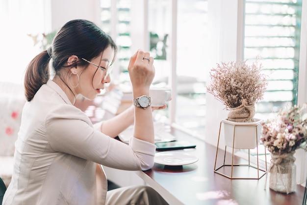 Zakenvrouwen werken en drinken wat koffie op tafel