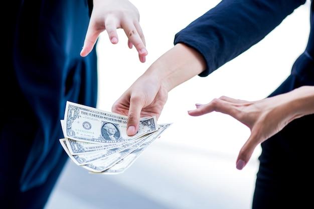 Zakenvrouwen worstelen om geld. concurrentie bedrijfsconcept. geld en corruptie nodig
