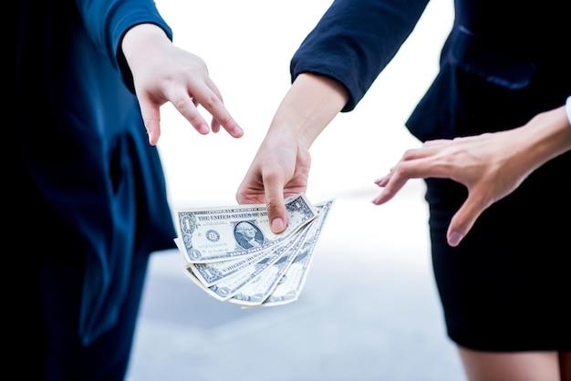 Zakenvrouwen worstelen om geld. concurrentie bedrijfsconcept.