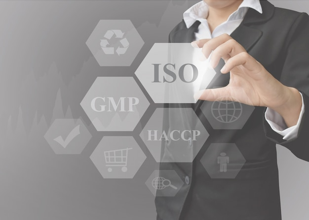 Zakenvrouwpresentatie food system industries (iso, gmp, haccp).