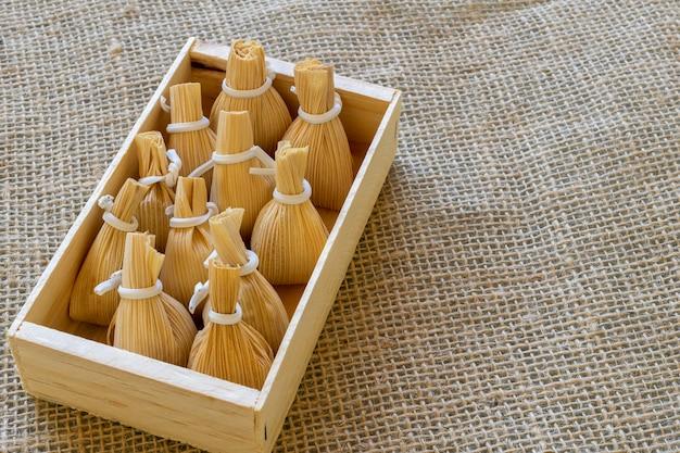 Zakjes maïsstro met dulce de leche, in houten kist