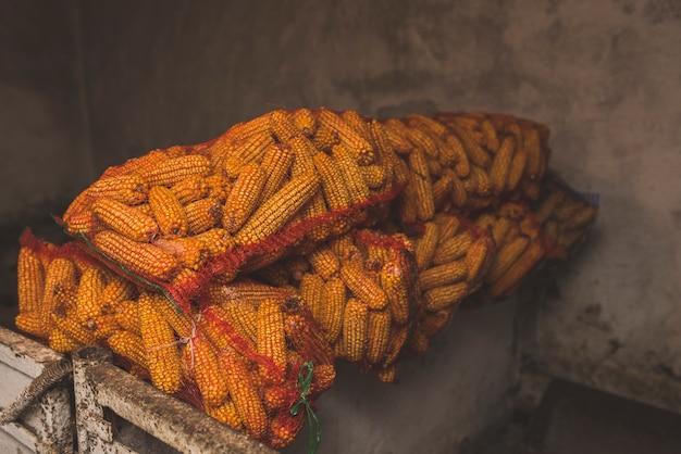 Zakken met maïs op boerderij