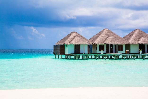 Zalige opname van bungalows op de prachtige malediven