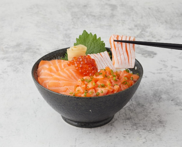 Zalm donburi japans rijstkom eten met rauwe zalm ikura en verse vis
