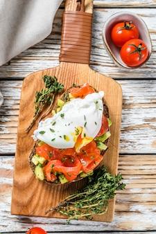 Zalm en gepocheerd ei op gegrilde toast