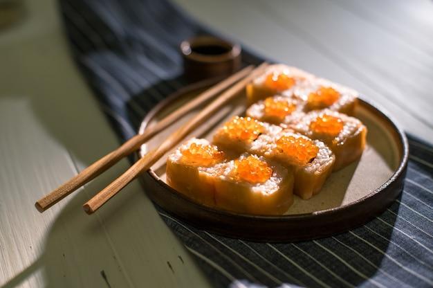 Zalm en kaviaarbroodjes die op een witte plaat worden gediend