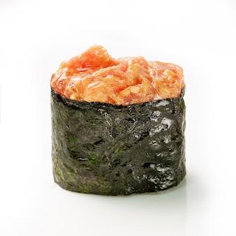 Zalm gunkan zeewier sushi maki op witte achtergrond. delicate gastronomische hapjes. detailopname