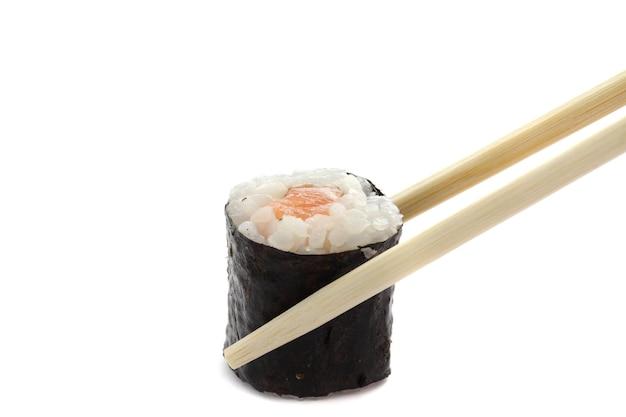 Zalm maki sushi met stokjes geïsoleerd in wit
