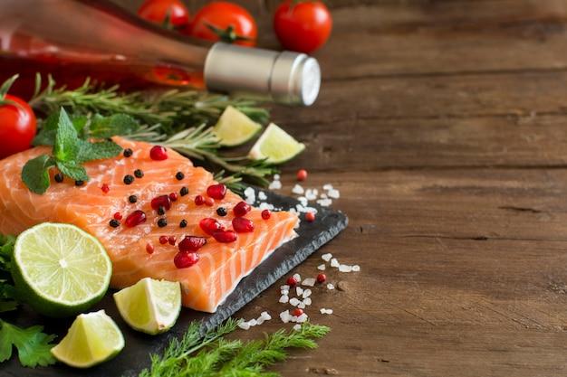 Zalm met groenten en kruiden op een bord
