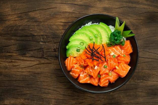 Zalm poke bowl met avocado slice