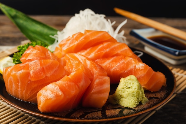 Zalm, rijst en wasabi op plante