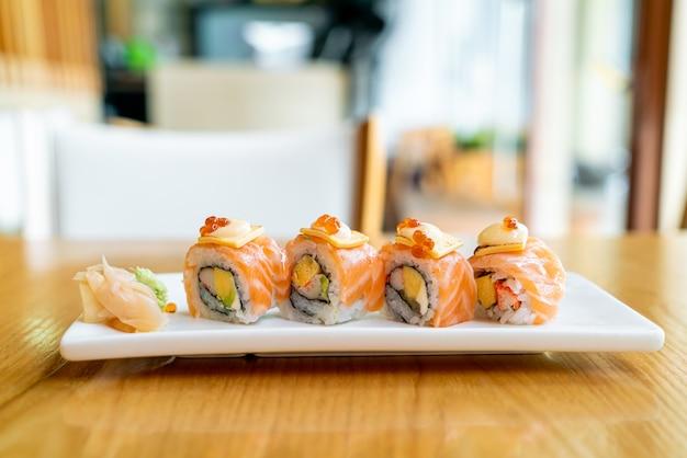 Zalm roll sushi met kaas bovenop - japanse eetstijl