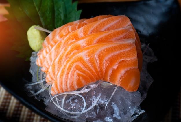 Zalm sashimi snijden en onderzoeken.