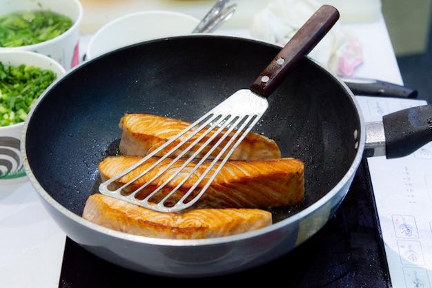 Zalm steak koken met pan, braden zalm steak