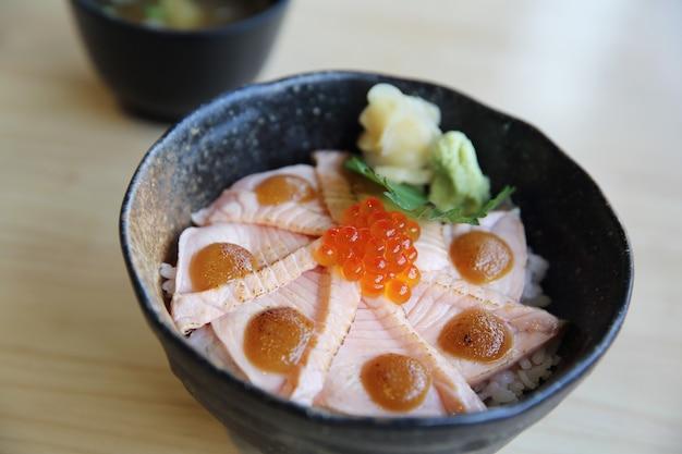 Zalm sushi rijst don, japans eten