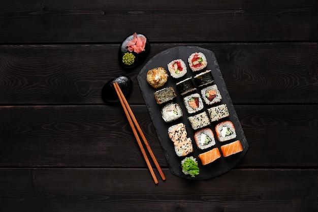 Zalm teriyaki pittige zalm op een zwarte plaat bovenaanzicht op donkere houten achtergrond wooden