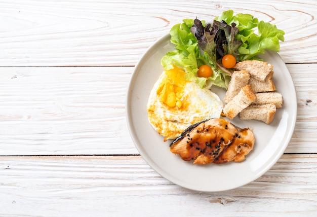 Zalm teriyaki steak met gebakken ei en salade