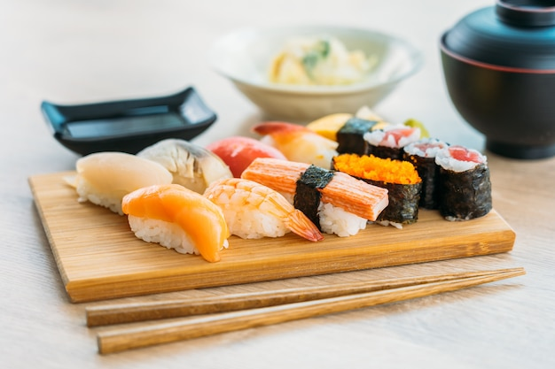 Zalm tonijn shell garnalen en andere vlees sushi maki