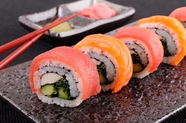Zalm tonijn sushi roll met eetstokjes