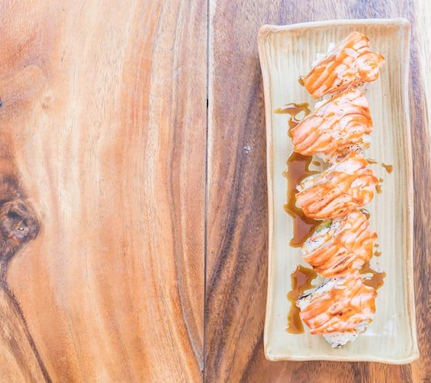 Zalm verbrand maki met teriyaki saus