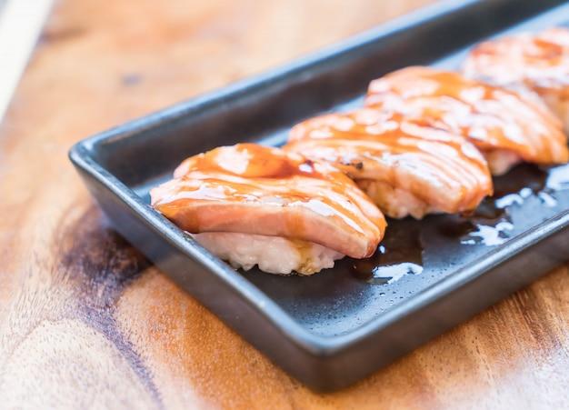 Zalm verbrand sushi met teriyaki saus