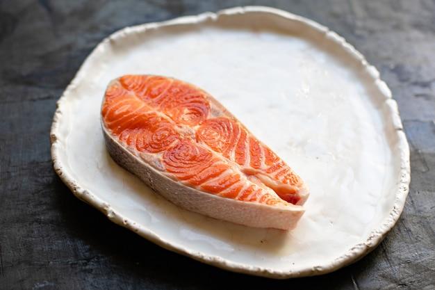 Zalm vis rauwe rode biefstuk filet zeevruchten