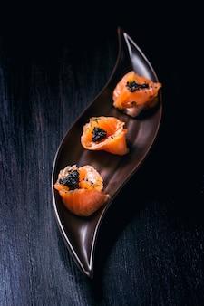 Zalmbroodjes met zwarte kaviaar