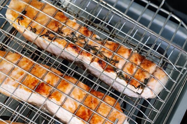 Zalmfilet koken op rooster. rode vissen die op elektrische grill roosteren. voedsel achtergrond.